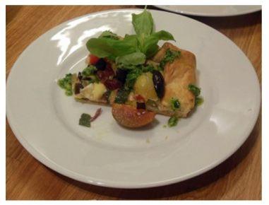 Sredozemska zelenjavna pita s čemaževim pestom