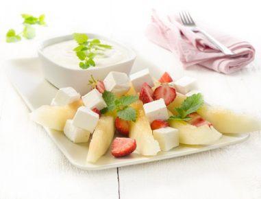 Sirova plošča z melono, jagodami in metino kremo