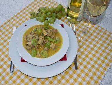 Svinjski file z grozdjem v vinski omaki