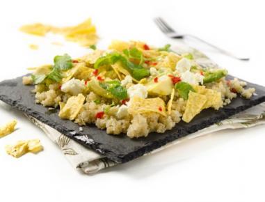 Solata s kvinojo, avokadom in feto