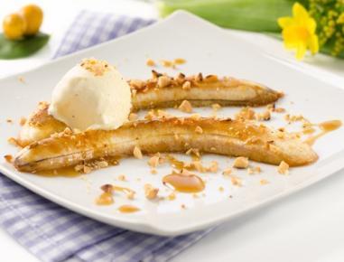Banane s karamelno omako in vanilijevim sladoledom
