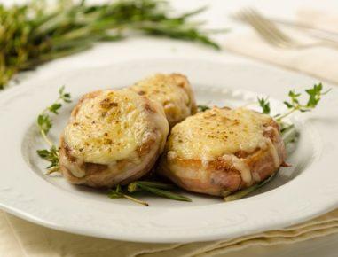 Svinjski file s slanino in sirom