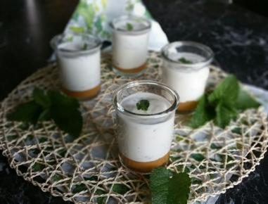 buttermilch mousse mit zitronenmelisse rezept. Black Bedroom Furniture Sets. Home Design Ideas