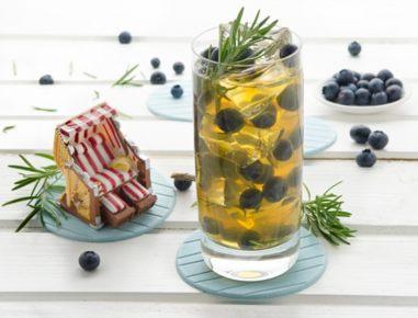 Ledeni čaj z borovnicami in rožmarinom