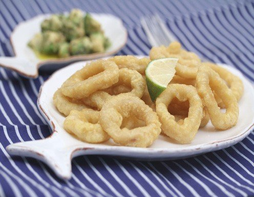 calamari fritti mit avocado gurken salat und crostini rezept. Black Bedroom Furniture Sets. Home Design Ideas