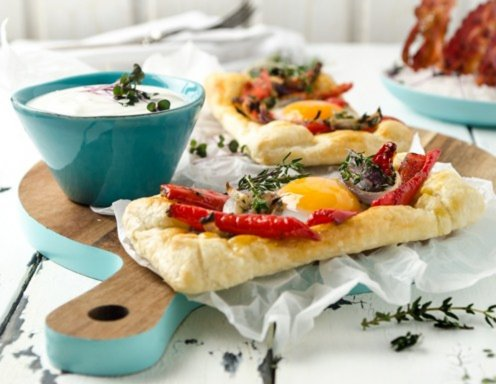 Paprika-Eier-Galettes mit knusprigem Frühstücksspeck