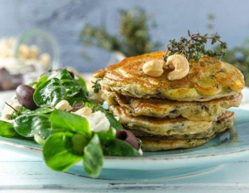 Feta-Oliven-Pancakes mit Vogerlsalat