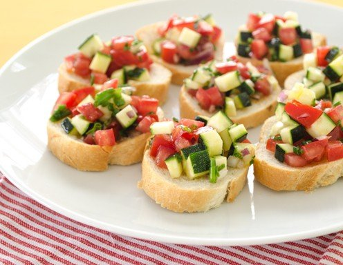 bruschetta mit tomaten zucchini salsa rezept. Black Bedroom Furniture Sets. Home Design Ideas