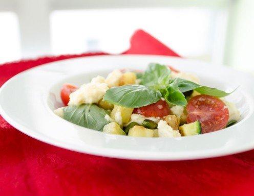 zucchini salat mit mozzarella rezept. Black Bedroom Furniture Sets. Home Design Ideas