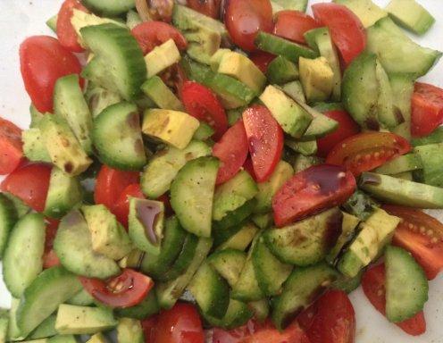 avocado tomaten gurken salat rezept. Black Bedroom Furniture Sets. Home Design Ideas