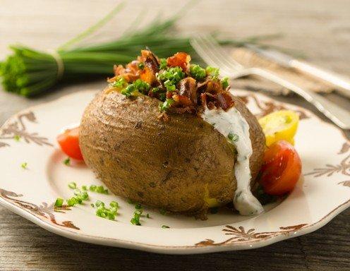 Ofenkartoffeln mit Speck und Schnittlauchsauce - Rezept ...