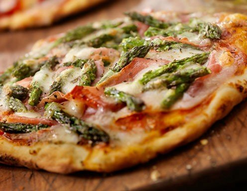 Tiroler Spargel-Speck-Pizza