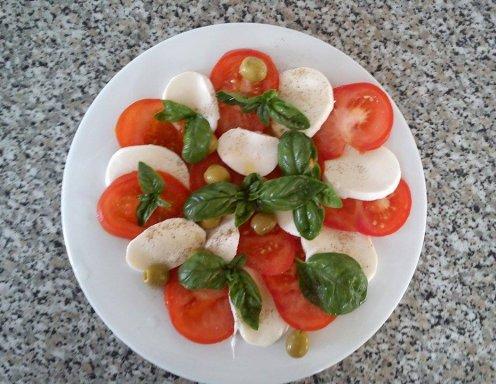 Tomaten-Mozzarella-Salat mit Basilikum - Rezept - ichkoche.at