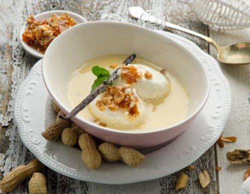 Schneenockerl in der Kanarimilch mit Erdnusskrokant