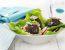 Zelena solata z redkvicami in kroglicami iz kozjega sira