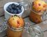 Pecivo z jagodičjem in s kislo smetano v kozarcu